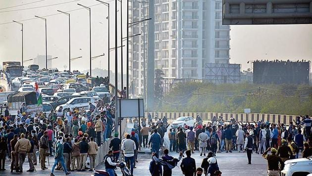 Except Ghazipur(Delhi)-Ghaziabad (UP Gate) border — where hundreds of protesting farmers blocked the entire carriageways of Delhi-Meerut Expressway and its service roads for nearly an hour in the afternoon — the agitation on Monday continued to remain peaceful.(Sakib Ali/ HT Photo)