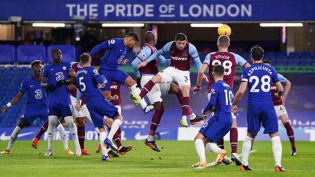 Soccer Football - Premier League - Chelsea v West Ham United - Stamford Bridge, London, Britain - December 21, 2020 Chelsea's Thiago Silva scores their first goal Pool via REUTERS/John Walton(Pool via REUTERS)