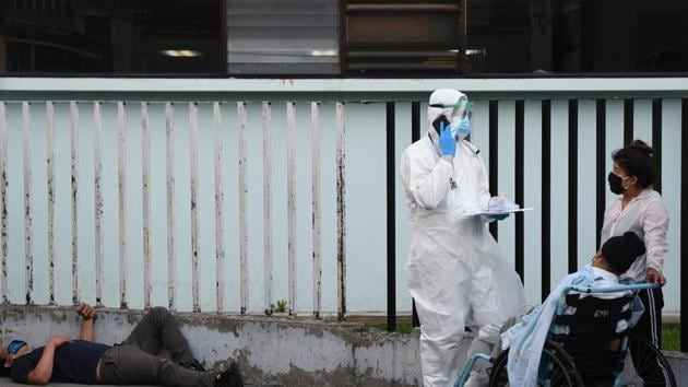 Medical Staff attend a patient allegedly infected with the novel coronavirus, at the COVID-19 unit at San Juan de Dios hospital in Guatemala City.(AFP)