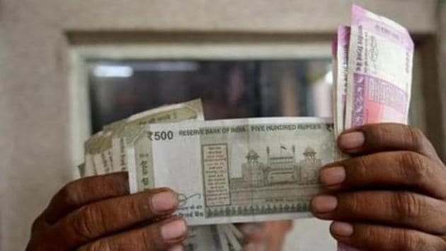 The rupee, Asia's worst-performing currency against the dollar, may rebound along with flows into debt amid a recovery in risk appetite for higher-yielding assets.(Reuters file photo)