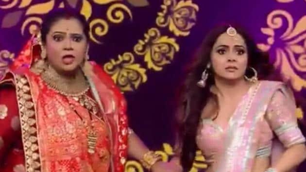 Devoleena Bhattacharjee and Ru[pal Patel recreate Rasode Mein Kaun Tha on stage.