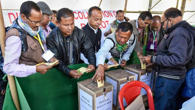 People casting their votes through postal ballot.(Representational photo/PTI)