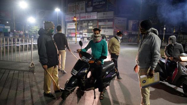 Police stop people who stepped out during the night curfew at Khanduji Baba chowk near Deccan Corner in Pune, India, on Wednesday, December 23, 2020.(HT PHOTO)