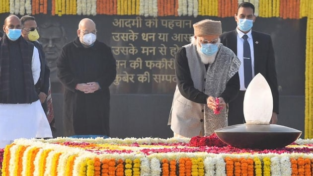 Prime Minister Narendra Modi pays floral tribute at the memorial to former prime minister Atal Bihari Vajpayee on his birth anniversary, at Sadaiv Atal, near Rajghat on December 25, 2020 in New Delhi.(Raj K Raj/ Hindustan Times)