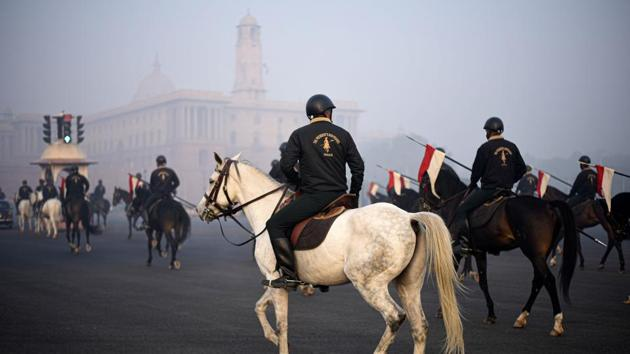 Members of the Presidential Guard rehearse for the upcoming Republic Day parade on a winter morning at Rajpath in New Delhi.(Biplov Bhuyan/HT PHOTO)