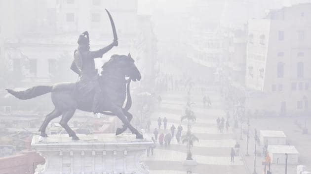 People out at Heritage street amid dense fog in Amritsar on December 24. Dense to very dense fog is also likely to remain over Punjab, northern Uttar Pradesh and Haryana. (Sameer Sehgal / HT Photo)