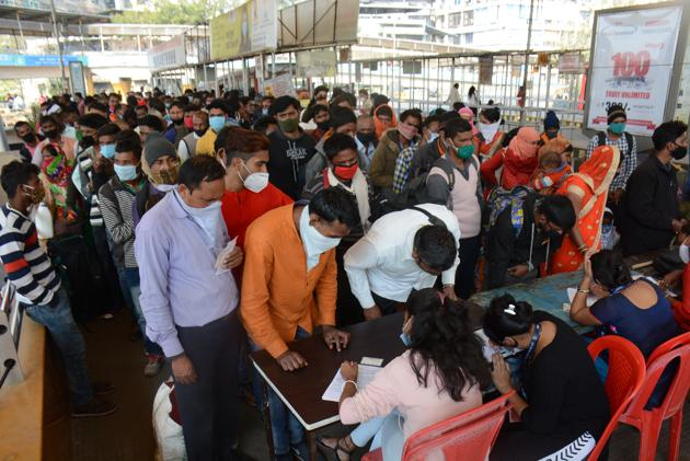 Long queue of passengers coming to Thane from other states by long-distance trains. Testing of all such passengers has been made mandatory.(Praful Gangurde/HT Photo)