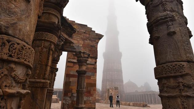 A view of Qutub Minar shrouded in a dense layer of fog, in New Delhi.(Sanchit Khanna/HT PHOTO)