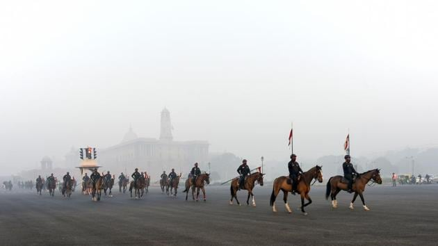 Members of the Presidential Guard rehearsing for the Republic Day parade on a foggy morning at Rajpath in New Delhi on December 24. A cold wave in underway over several parts of north western India including Jammu & Kashmir, Punjab, Haryana. The minimum temperature remained below five degrees Celsius for the fourth consecutive day on December 26, the India Meteorological Department (IMD) said. (Biplov Bhuyan / HT Photo)