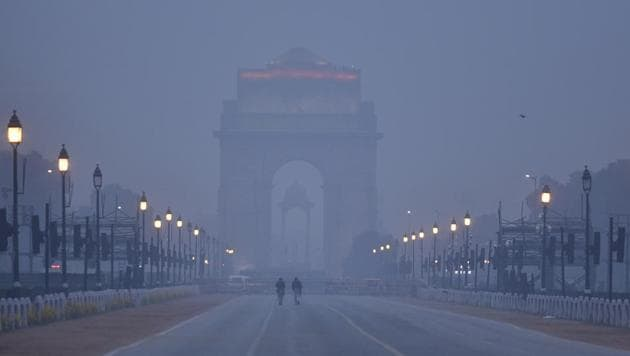 A view of India Gate engulfed in smog, in New Delhi on Sunday.(Sanjeev Verma/HT Photo)