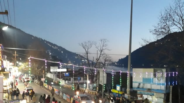 The Mall Road in Nainital is decked up to ring in the New Year.(Raajiv Kala/HT PHOTO)