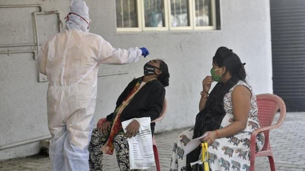 Healthcare workers screening a resident of Goregaon, on Tuesday.(Satyabrata Tripathy/HT Photo)