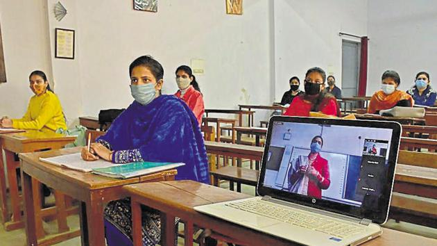 Teachers conducting online and offline classes simultaneously to teach students(HT File)
