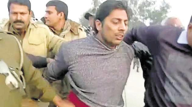 Police officers detain a man, who identified himself as Kapil Gujjar, who fired multiple shots at a site where people were protesting against a new citizenship law in New Delhi.(REUTERS)