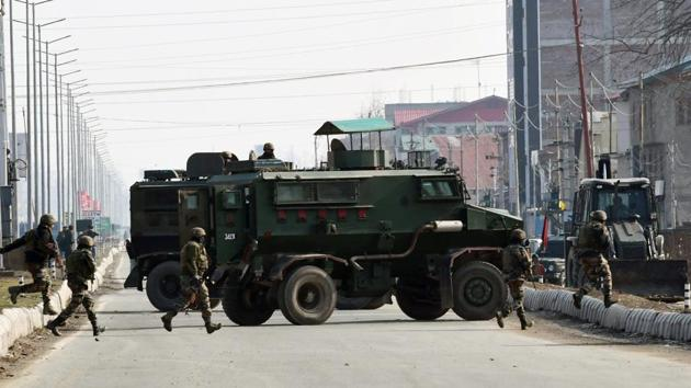Indian Army personnel take position during the encounter with suspected terrorists at Lawaypora in Srinagar.(ANI)
