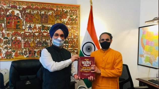 Dr Moxraj (right) with Taranjit Singh Sandhu, India's envoy to the US (twitter.com/mokshrajacharya)