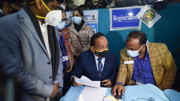 Union Health Minister Harsh Vardhan reviews preparations during a mock drill of Covid-19 vaccination at a model Covid-19 vaccination centre in Ansari Road, New Delhi.(Sanchit Khanna/HT PHOTO)