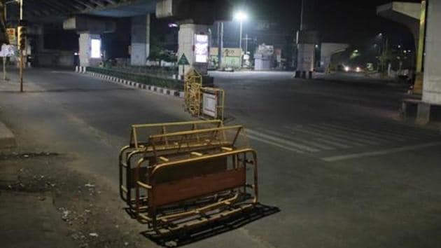 Sodala Crossing deserted during night curfew, in Jaipur, Rajasthan.(HT photo)