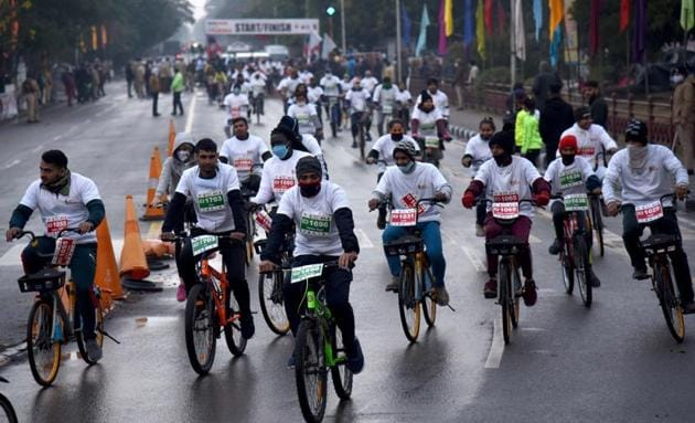 Participants during the Daily World Chandigarh Cyclothon near Sukhna Lake in Chandigarh on Sunday.(Keshav Singh/HT)