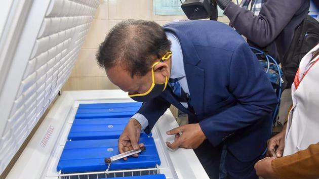 Union Health Minister Harsh Vardhan visits Guru Teg Bahadur Hospital to review the dry run drill for administering Covid-19 vaccine, in New Delhi.(PTI)