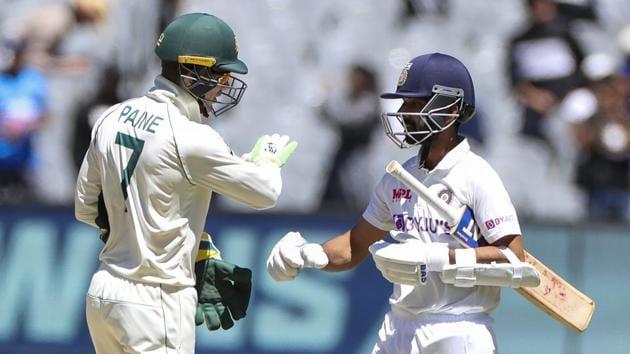 Australian captain Tim Paine, left, congratulates Indian captain Ajinkya Rahane(AP)