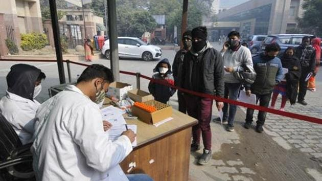According to the health bulletin issued on Saturday, a maximum of 73 cases were reported from Dehradun district. Almora and Champawat districts reported at least four cases each on Saturday.(HT PHOTO.)