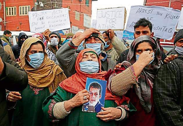 Family members of the youths killed in Lawaypora encounter during a protest in Srinagar on Monday.(Waseem Andrabi/HT)