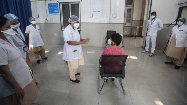 A health worker interacts with a candidate during a Covid-19 vaccine dry run drive at District Hospital, in Aundh, Pune on January 2. The national recovery rate has risen to 96.19% and the gap between recovered and active cases has widened further to 9,702,914. Daily new recoveries have outpaced daily cases over the last 38 days. (Pratham Gokhale / HT Photo)