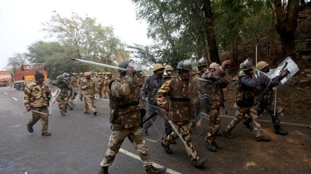Members of Central Industrial Security Force (CISF) arrive to chase the farmers protesting against newly passed agricultural reforms on a national highway at Dharuhera in the northern state of Haryana, India.(Reuters)