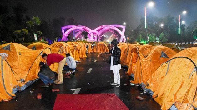 Noida: Farmers setup makeshift tents at Chilla border during the ongoing protest against the new farm laws, in Noida, Monday, Jan. 4, 2021. (PTI Photo)(PTI01_04_2021_000200B)(PTI)