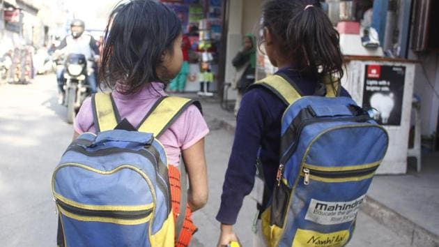 As per the suggestions, which are in line with the new National Education Policy (NEP), the weight of school bags for students between classes 1-10 should not be more than 10 per cent of their body weight.(Yogendra Kumar/HT PHOTO)