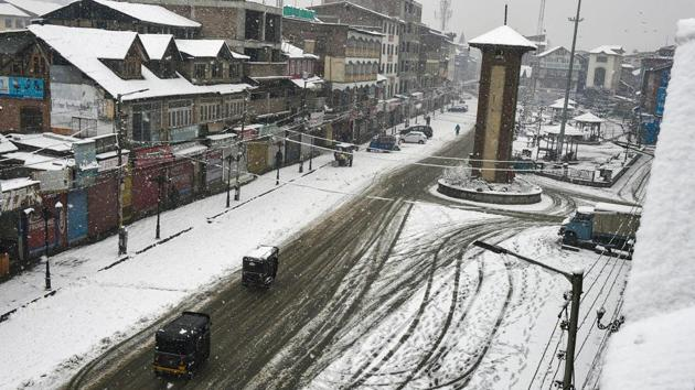 An aerial view of snow-covered roads at Lal Chowk after fresh snowfall in Srinagar.(PTI)