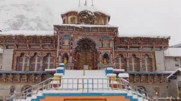 Badrinath shrine in Chamoli district covered in snow on Tuesday.(HT PHOTO.)