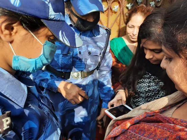 Haryana Police personnel helping women download the Durga Shakti app.(HT Photo)