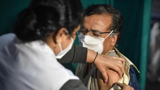 Health workers conduct a dry run of Covid-19 vaccination programme, at Hindu Rao Hospital in New Delhi.(Sanchit Khanna/HT PHOTO)