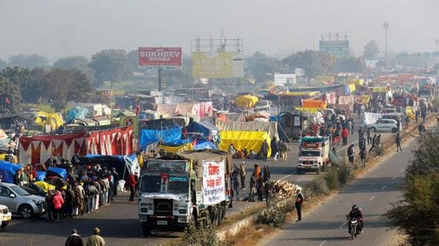 A view of a crowded highway as farmers protest against new farm laws at a state border in Shahjahanpur, in the desert state of Rajasthan, near New Delhi.(REUTERS)