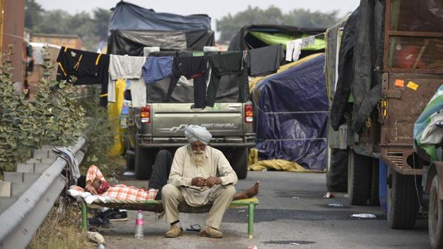 Farmers camped on NH-48 in Rewari near Gurugram on January 4. Delhi's borders with Haryana and Uttar Pradesh continue to remain closed at several points due to the ongoing agitation. (Parveen Kumar / HT Photo)