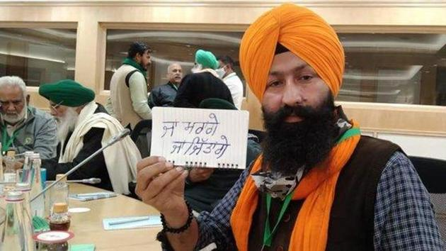 A farmer leader shows a paper with 'We will either die or win' written on it, at the eighth round of talks with the Centre on Friday.(ANI)