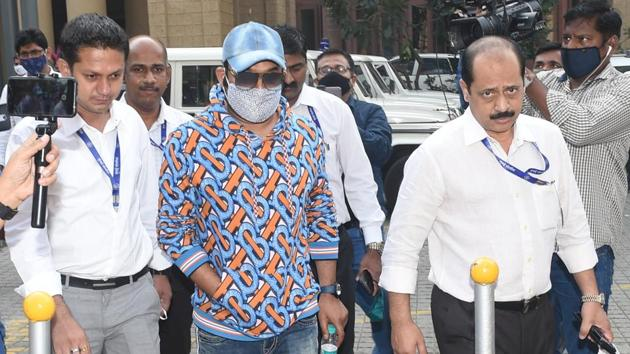 Comedian Kapil Sharma (centre) at Crime Intelligence Unit (CIU) office in Mumbai on Thursday.(Anshuman Poyrekar/HT Photo)