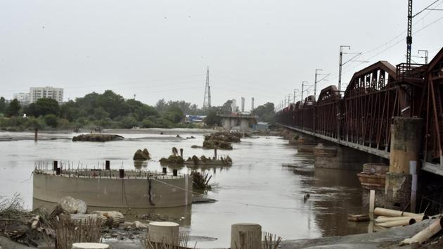 A view of Yamuna River near the old Yamuna bridge which was reopened for vehicular movement after the water level started receding in New Delhi, India, on Friday, August 03, 2018.(Sonu Mehta/HT PHOTO)