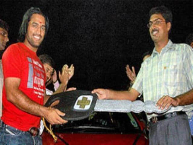 Dhoni presented luxury car by Jharkhan CM