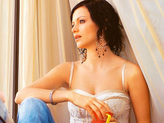 Yana-Gupta-sizzles-during-her-cage-act-at-Bigg-Boss-6-grand-finale