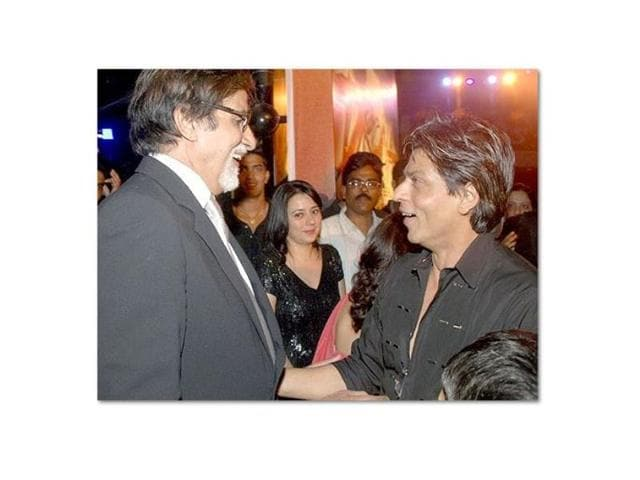 Amitabh-Bachcan-watches-the-convocation-programme-intently
