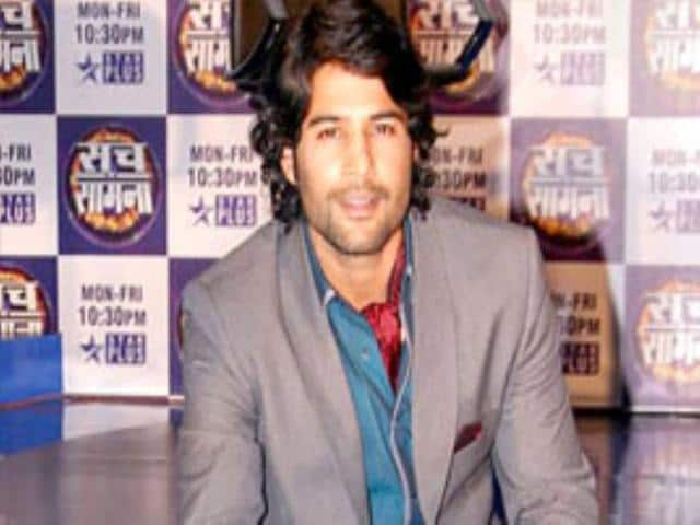 After-starting-his-career-with-Kahin-to-Hoga-and-trying-his-luck-in-Bollywood-with-Aamir-Rajeev-Khandelwal-is--in-news-again-for-hosting-the-hit-reality-show-Sach-ka-Saamna-and-also-for-having-a-new-woman-in-his-life-Will-that-stop-women-from-admiring-him-in-his-new-look-We-bet-not