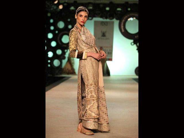 Indrani-Dasgupta-looks-stunning-in-a-nude-shade-sari-worn-with-Alika-jacket