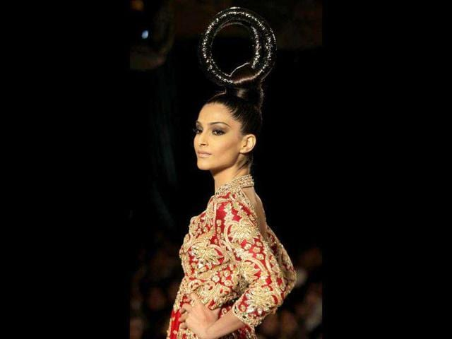 Sonam-Kapoor-ruled-the-ramp-and-the-audience-couldn-t-peel-their-eyes-off-her