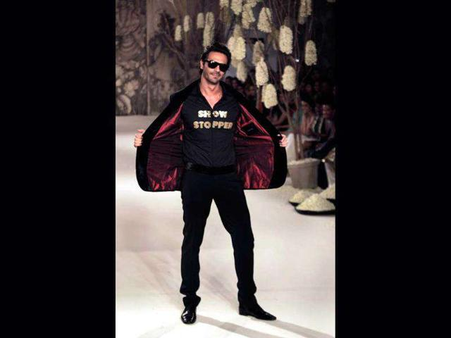 Bollywood-actor-Arjun-Rampal-displays-a-creation-of-designer-Rohit-Bal-during-Delhi-Couture-Week-2011-in-New-Delhi
