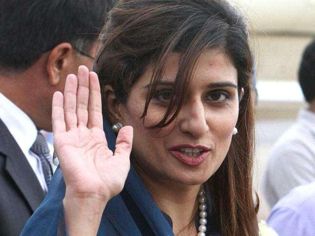 Pakistan-s-foreign-minister-Hina-Rabbani-Khar-waves-to-photographers-upon-her-arrival-at-the-airport-in-New-Delhi