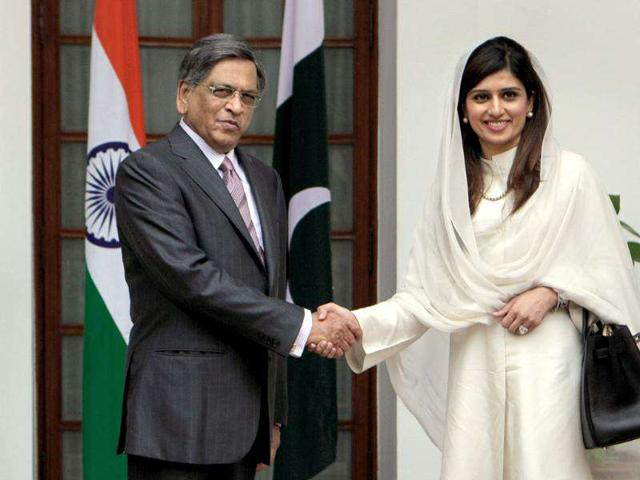 Pakistan-foreign-minister-Hina-Rabbani-Khar-shakes-hands-with-external-affairs-minister-SM-Krishna-prior-to-a-meeting-in-New-Delhi