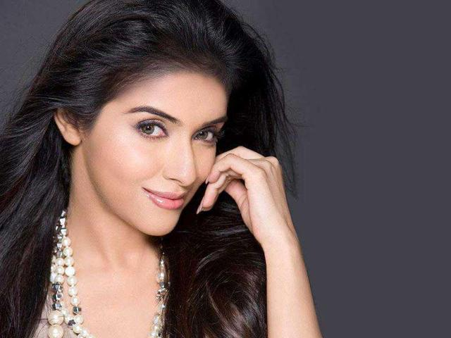 The-film-features-Ajay-Devgn-Abhishek-Bachchan-Asin-Thottumkal-and-Prachi-Desai-in-lead-roles